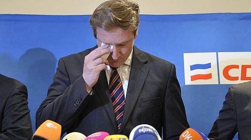 Líder del partido de Merkel renunció por aventura con joven de 16 años