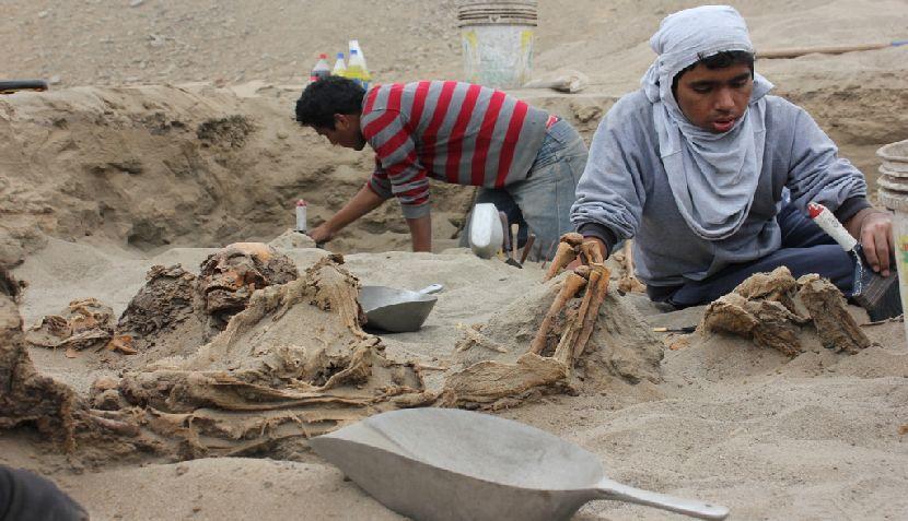 FOTOS: hallan restos de 12 menores enterrados hace 800 años en Huanchaco