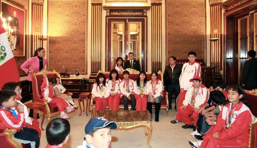 FOTOS: Deysi Cori y campeones de ajedrez tomaron Palacio de Gobierno