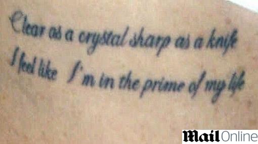 Lindsay Lohan se tatuó letra de canción de Billy Joel en costillas