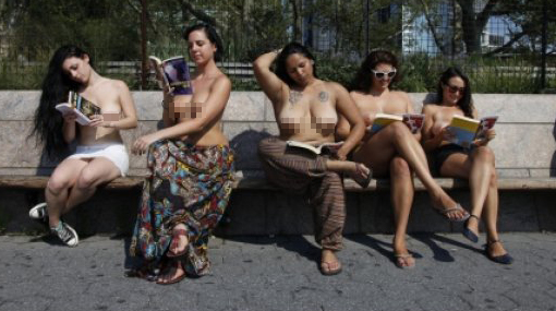 Nueva York cuenta con su propio club de lectura en 'topless'