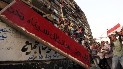 Manifestantes egipcios toman embajada de Israel por muerte de policías