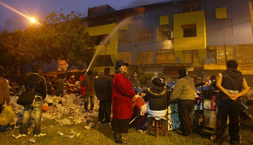 FOTOS: voraz incendio consumió centro comercial en Trujillo