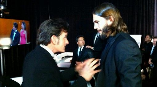 """Charlie Sheen le dio """"un consejo"""" a Ashton Kutcher en los Emmy"""