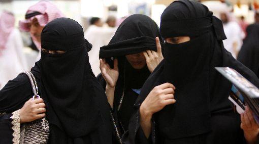 Arabia Saudita prohibió a los restaurantes contratar camareras y cajeras