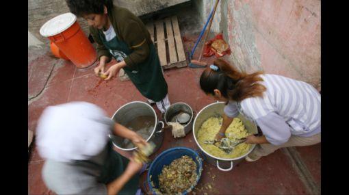 Estado invierte 11 soles al año para capacitar a madres que preparan alimentos