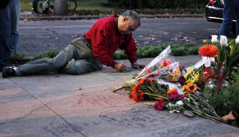 FOTOS: seguidores de Apple en todo el mundo lloran la muerte de Steve Jobs
