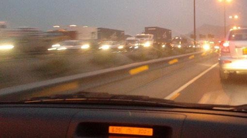 Caída de carga de camión causa tráfico intenso en Vía de Evitamiento