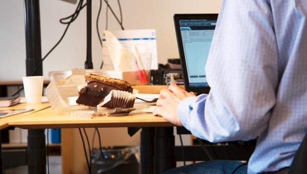 ¿Mucho tiempo sentado frente a la PC? Consejos para no engordar en la oficina
