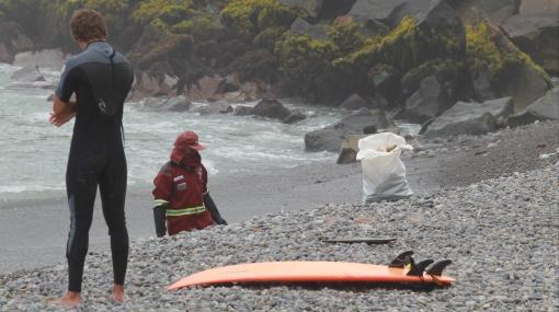 Cadetes del Ejército naufragan en Miraflores y tablista los auxilia
