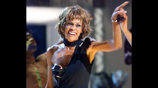 Otra vez Whitney Houston: la cantante casi es echada de un avión