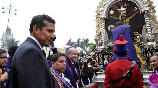 El presidente Ollanta Humala cargó el anda del Señor de los Milagros