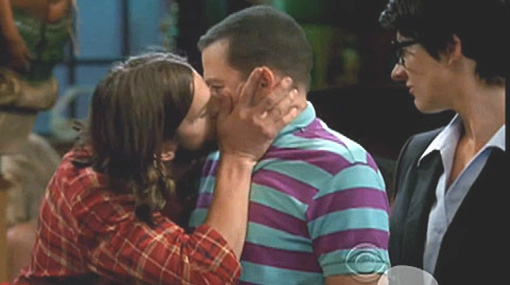 "Ashton Kutcher besa a Jon Cryer en ""Two and a Half Men"""