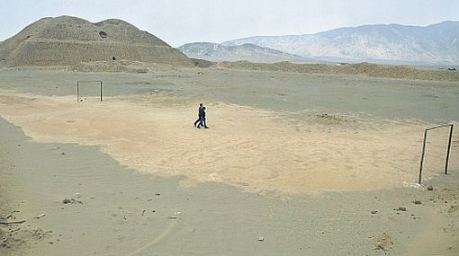 El colmo: usan plaza de huaca ceremonial como cancha de fulbito