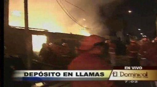 Enorme incendio en San Martín de Porres redujo un depósito a cenizas