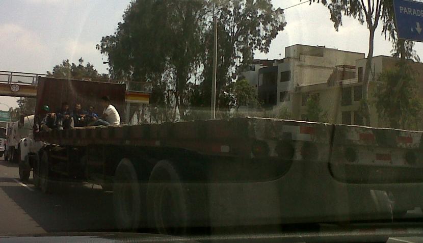 Civiles y policías continúan viajando en la tolva de vehículos