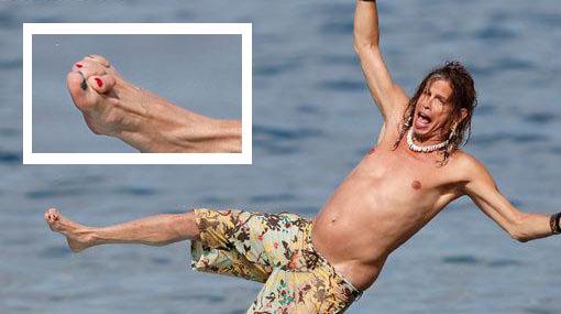 Paparazzis captaron malformación en el pie de Steven Tyler