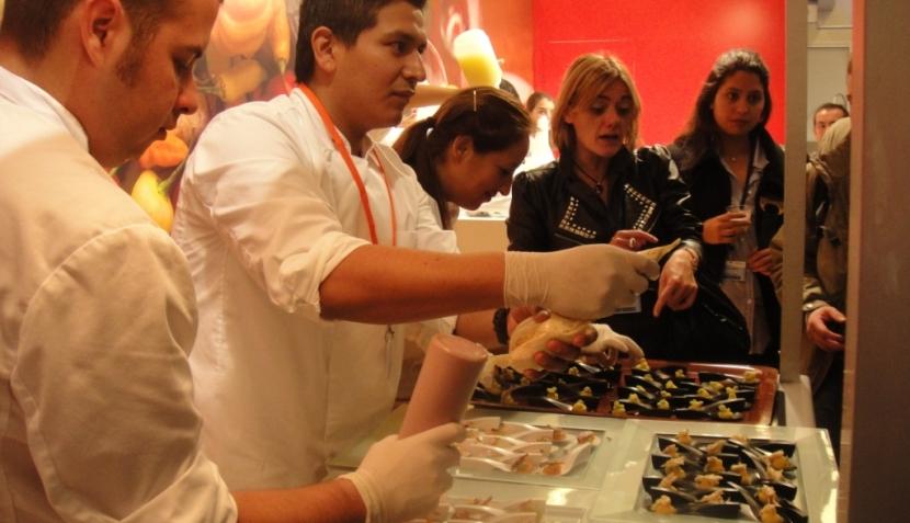 Puesto de productos peruanos es de los más visitados en San Sebastián