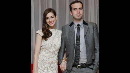 Anne Hathaway se comprometió con su pareja tras 3 años de noviazgo