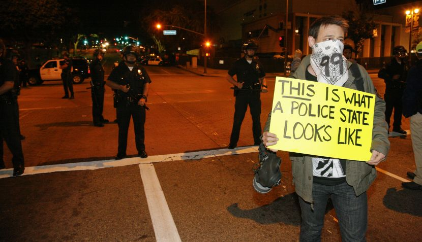 La policía de Los Ángeles detuvo a más de 200 'indignados' en desalojo