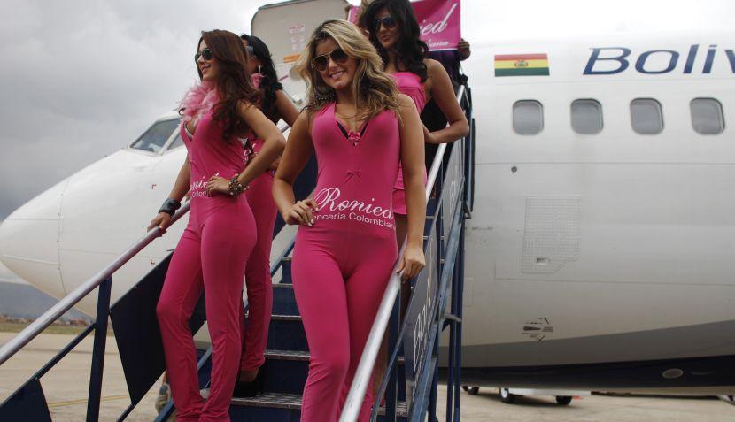 FOTOS: modelos desfilaron en ropa íntima a bordo de avión boliviano en vuelo