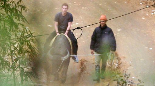 Facebook está bloqueado en Vietnam pero Zuckerberg pasea sin problemas por el país
