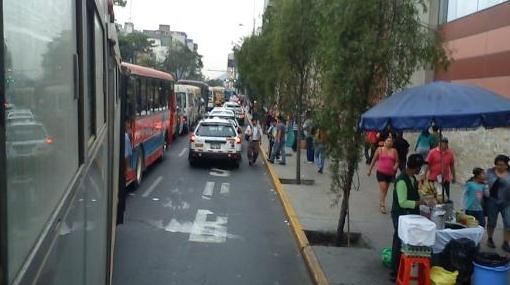 Taxis ocupan vía exclusiva de buses de servicio público en Av. Wilson