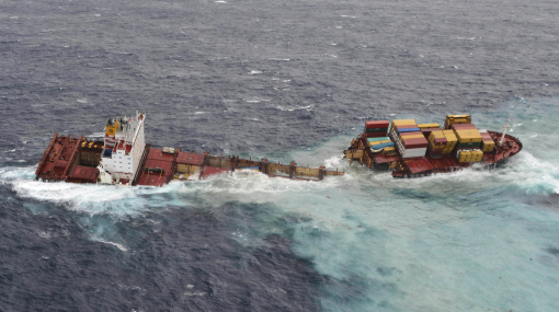 Nueva Zelanda: un carguero encallado en arrecife se partió en dos