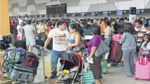 Mayoría de vuelos  en el Jorge Chávez figuran demorados, cancelados y desviados