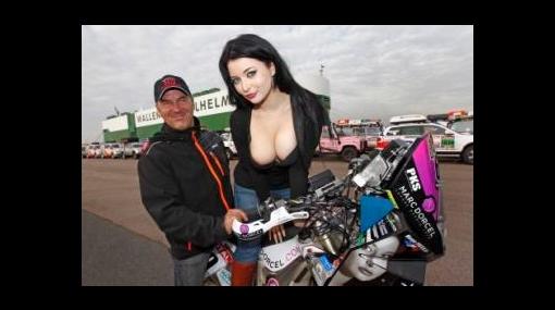 Actriz porno subió la temperatura en la premiación del Rally Dakar