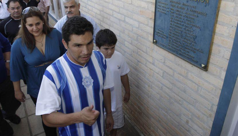 Salvador Cabañas corre riesgo de vida si sigue jugando, alerta su esposa