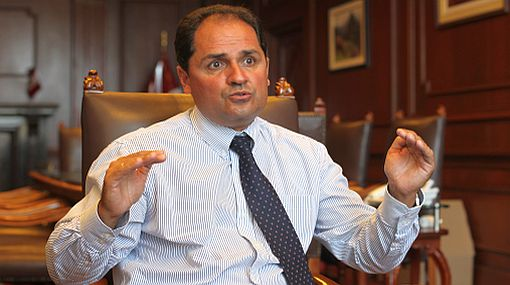 Ministro de Trabajo se defendió de dudas sobre su nacionalidad