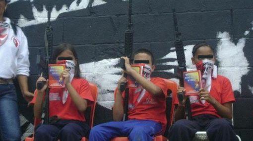 Fotos de niños con fusiles levantaron la polémica en Venezuela