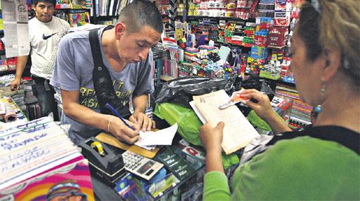 Editoriales sancionadas venden libros sin cambios en sus precios