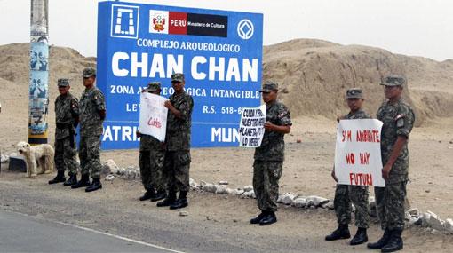 Casi 200 personas hicieron un cerco humano para proteger Chan Chan