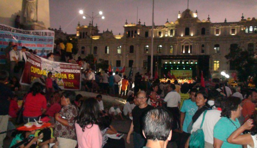Marcha del agua se cierra con mitin en la Plaza San Martín