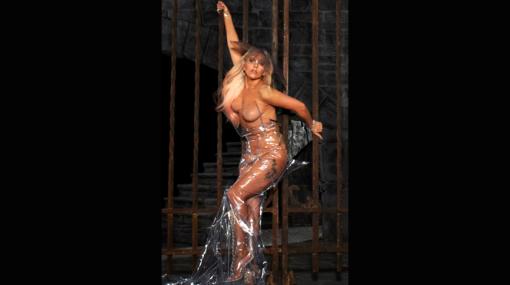 Lady Gaga hizo 'topless' para promocionarse