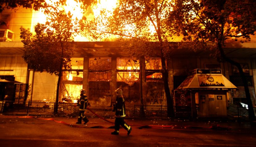 Saqueos, incendios y disturbios durante protestas en Grecia