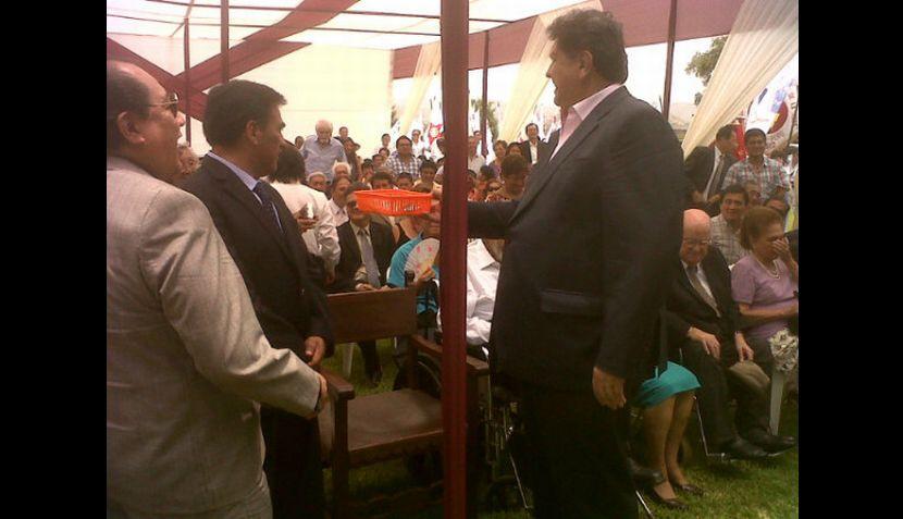 Alan García recogió limosna en misa por Víctor Raúl Haya de la Torre