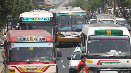 Transportistas evalúan alza de pasajes por incremento en combustibles