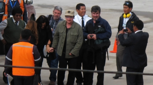 Bono dijo adiós a Cusco mostrando su cariño y un polo de Marca Perú