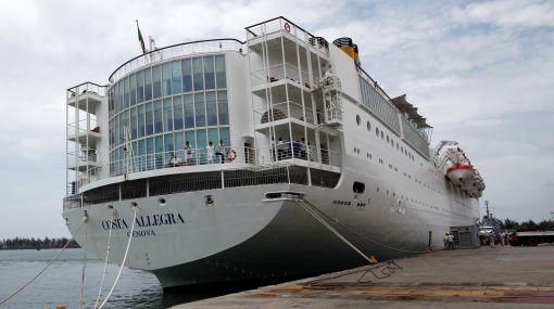 Pasajeros de crucero incendiado en el Índico están a salvo