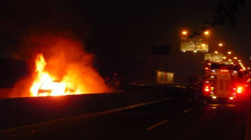 Surco: auto se incendió en puente El Derby y generó tráfico vehicular