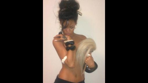Rihanna publicó fotografía en 'topless' en su cuenta de Twitter