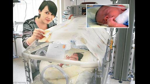 Mujer dio a luz a mellizos tras estar boca abajo más de 2 meses para salvarlos