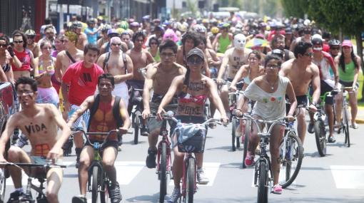Más de 500 ciclistas recorrieron semidesnudos calles de Lima