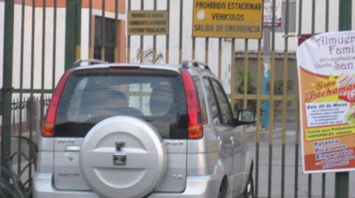 Peligro potencial: estaciona automóvil en medio de salida de emergencia