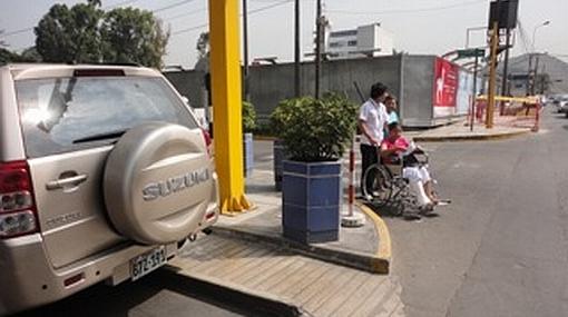 Camioneta mal estacionada obstaculiza a pacientes en silla de ruedas
