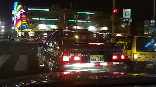 Autos invaden crucero peatonal en avenidas Brasil y Bolívar