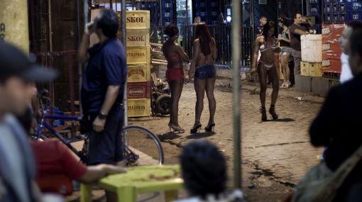 Un escándalo más: marines arrojaron de auto a prostituta brasileña